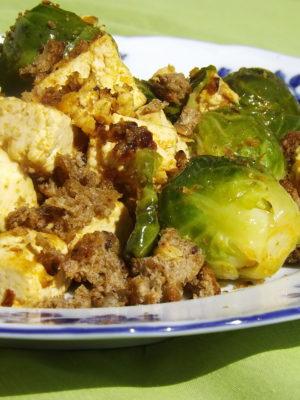 Ritenta, e sarai più fortunato: tofu allo zenzero con cavolini di bruxelles e briciole croccanti all'aglio