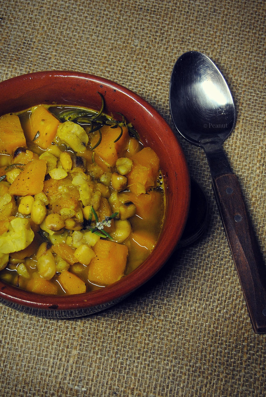 Zuppa di cicerchie, zucca e castagne al rosmarino