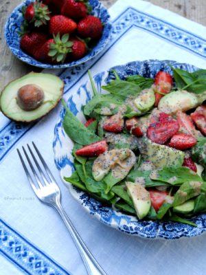 Insalata di spinaci, fragole e avocado con dressing al tahin e arancia