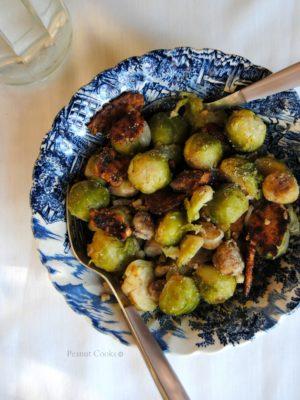 """Cavoletti bruxelles con castagne e """"bacon"""" di tempeh, un contorno per la tavola delle feste"""