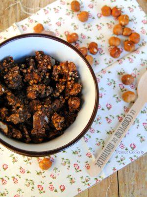 Dipendenze pesanti e regalini croccanti. Granola al cacao, nocciole e macadamia e Auguri!