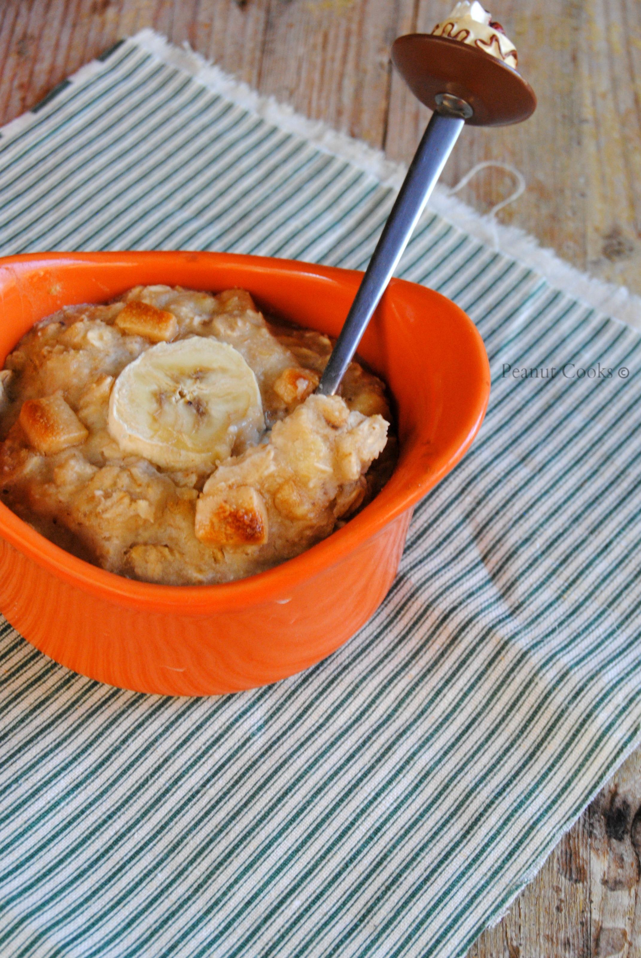 porridge al forno con banana e gocce di burro d'arachidi