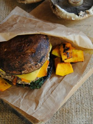 Portobello vegan (cheese)burger con spinaci, zucca marinata e salsa di yogurt e senape