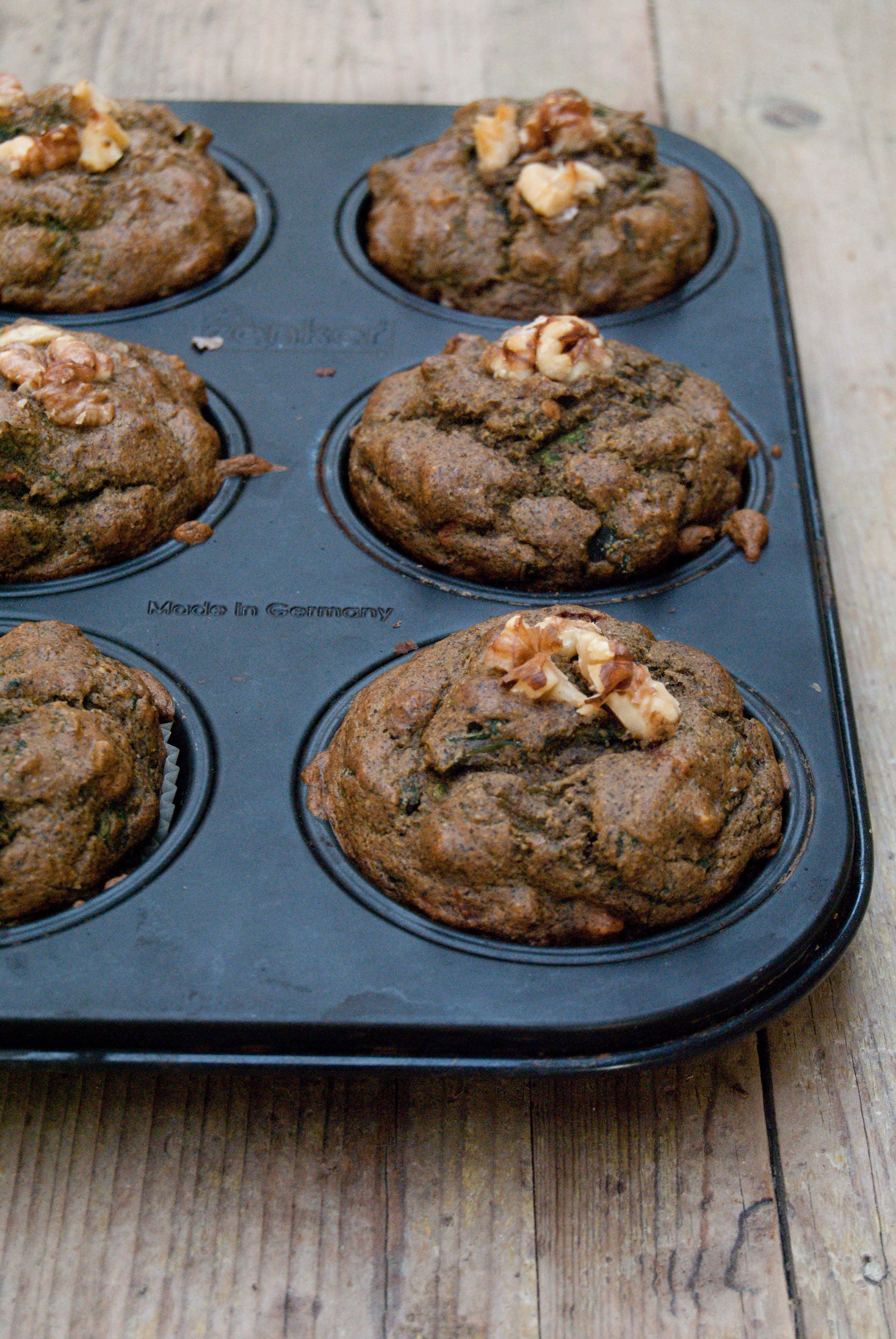 Muffins di farina di canapa con cime di rapa, pomodori secchi e noci