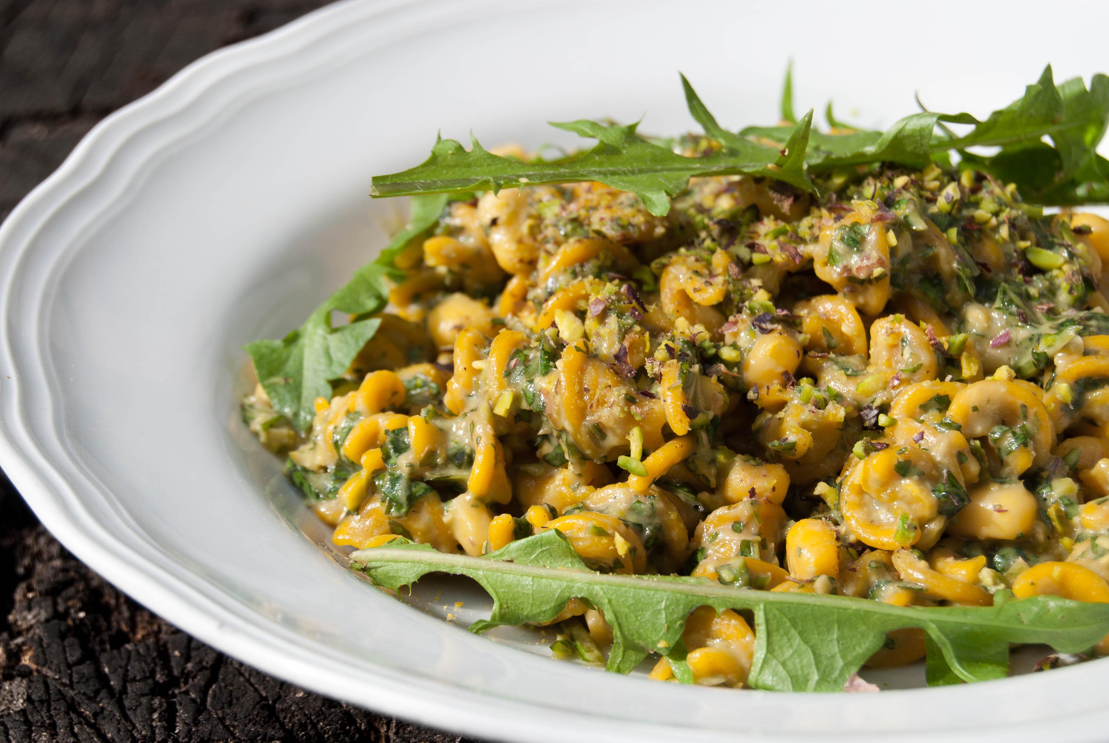 Avocado, pistachio e dandelion pesto