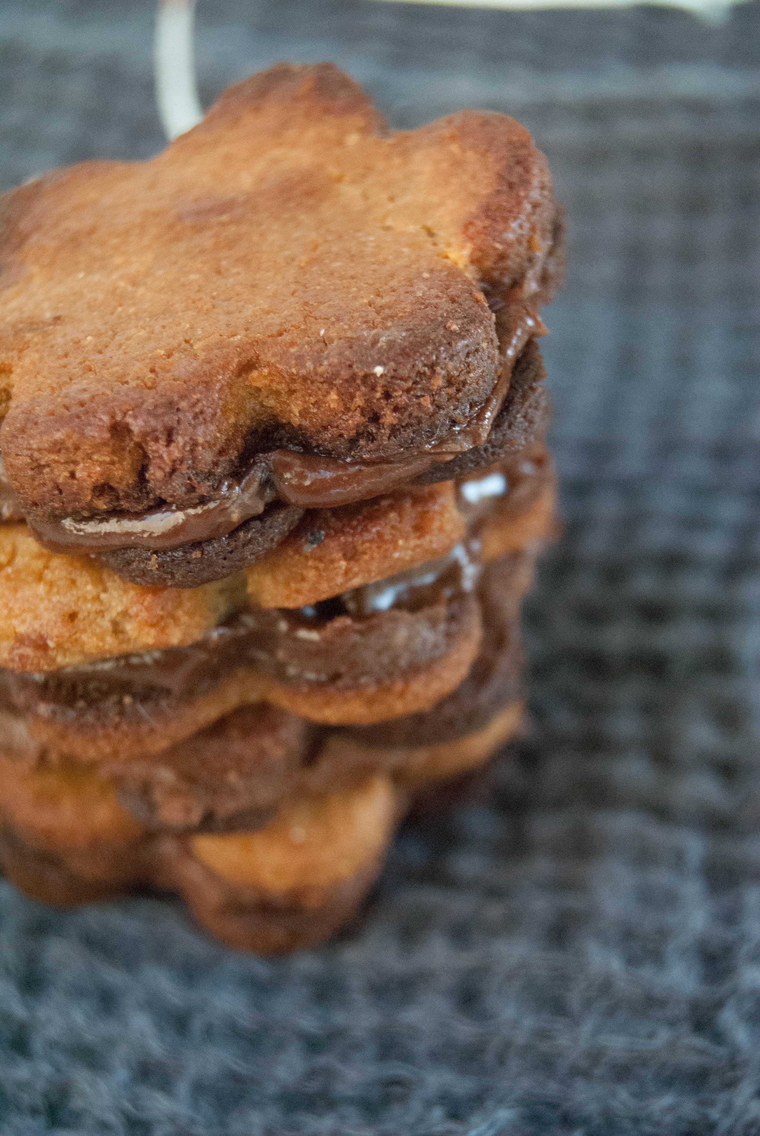 Frollini paleo al tahin ripieni di crema al cioccolato senza zucchero
