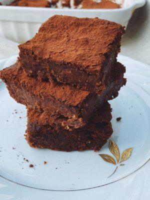 Quadrotti fudgy al cioccolato e cachi