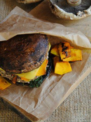 Portobello vegan (cheese)burger con spinaci, zucca marinata e salsa di yogurt e senape