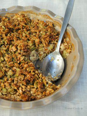 Porridge al forno con mela e crumble di semi e noci. Le colazioni dei finesettimana, quelle coi respiri profondi